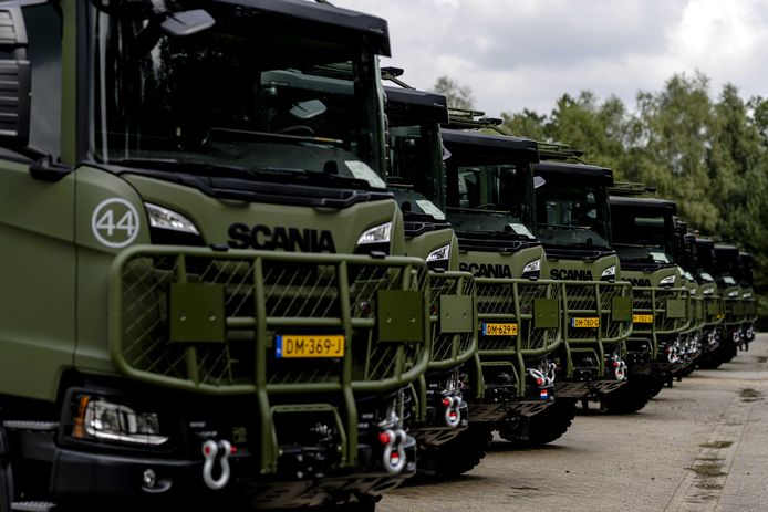 Vrachtwagencombinatie van de Scania Gryphus vrachtwagen en de ISO-standaard 8-voet container van Defensie. De combinatie blijkt net enkele centimeters te hoog om op de openbare weg te mogen. Het ministerie van Defensie gaat om een ontheffing vragen.