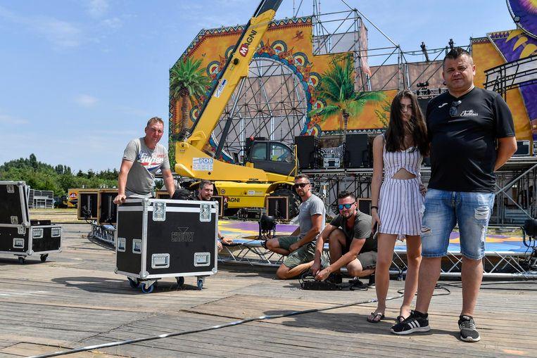 De organisatie aan het werk op het festivalterrein om alles klaar te maken voor zaterdag.