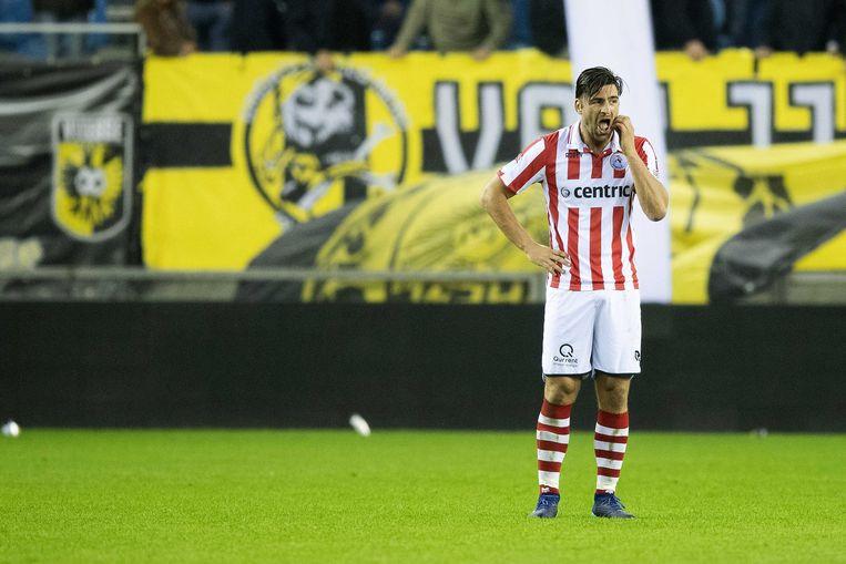Sparta-verdediger Sander Fischer krabt zich achter zijn oren nadat zijn ploeger de zevende treffer incasseert tegen Vitesse. Beeld ANP Pro Shots