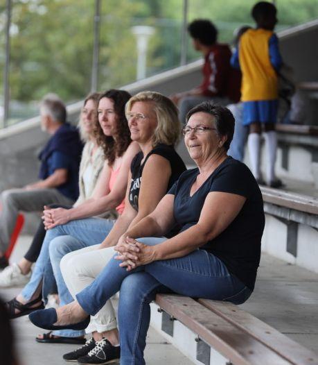 Voetbalseizoen zonder ouders langs de zijlijn zit er op; voor de een 'n verschrikking, voor de ander gewoon rust