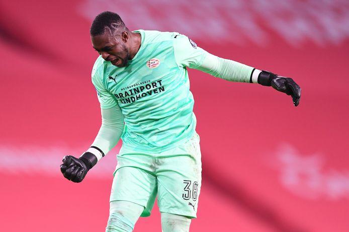 Yvon Mvogo geniet intens van een goal van PSV.