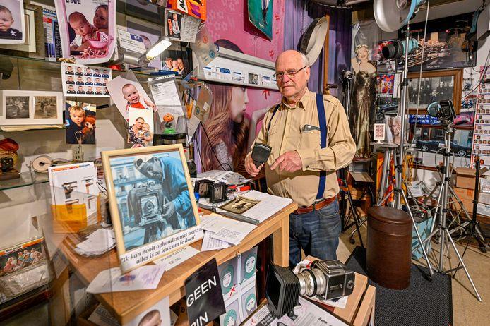 Kees Tak runt al 50 jaar Fotak-color in de Wassenaarstraat. De plek in Bergen waar je pasfoto's laat maken. Hij weet van geen ophouden, gaat door tot hij neervalt.