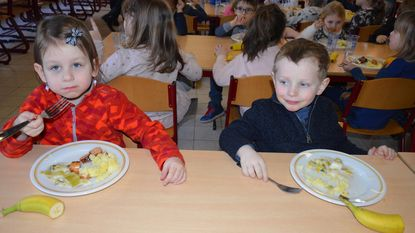 Kinderen genieten van faire maaltijd