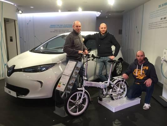 Michel, Bjorn en Christoph Branders met hun elektrische vouwfiets in de showroom van Renault.