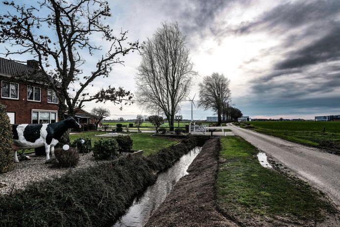 Een boerderij in het buitengebied van Azewijn, die mogelijk plaats moet maken voor het bedrijventerrein DocksNLD2.