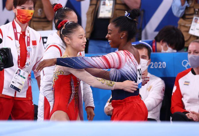 Simone Biles feliciteert Guan Chenchen.