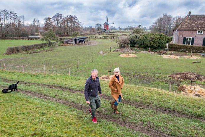 Joop en AnneMarie de Vette, met op de achtergrond de beoogde plek van hun 'ecowijk'.