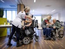 Eindelijk weer elkaars glimlach zien: heel voorzichtig gaan eerste mondkapjes af in verpleeghuizen Eindhoven