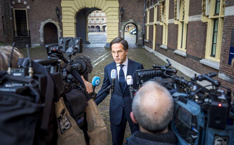 Demissionair premier Mark Rutte staat de pers te woord bij het ministerie van algemene zaken over de avondklokrellen.  Beeld ANP