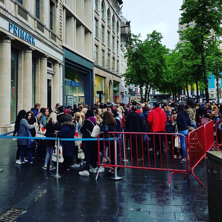 Er stonden al sinds deze ochtend dranghekken klaar om alle shoppers rustig te kunnen binnenlaten.  Beeld Instagram Jorg Snoeck
