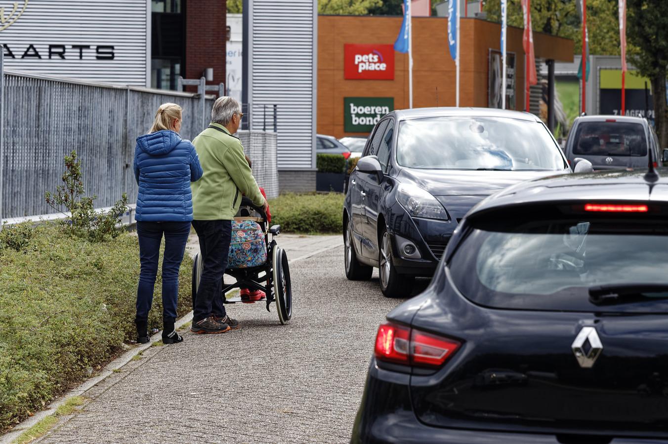 lotte van halen in rolstoel met ouders op de schakel vught