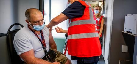 Arbeidsmigranten uit Ommen gaan met busjes naar Zwolle voor prik: 'Ze waren bang voor Spoetnik-vaccin'
