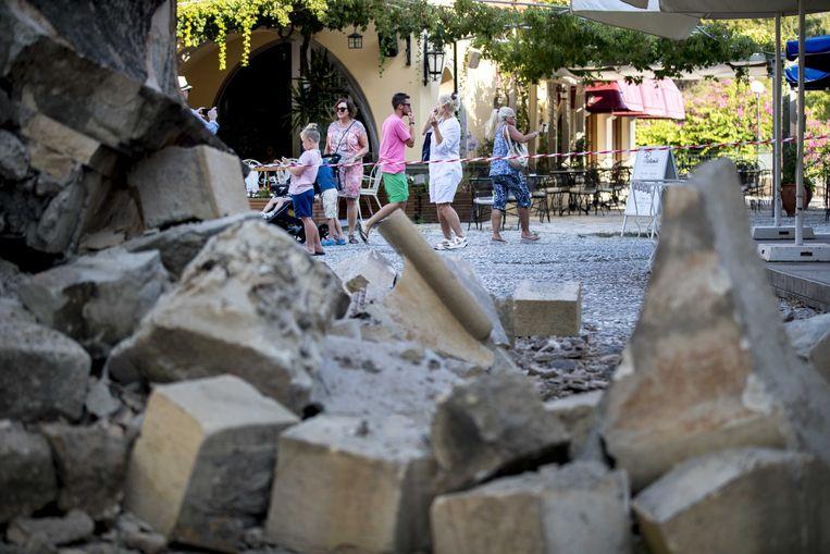 2017-07-22 15:57:22 KOS - Toersiten bekijken de schade die is ontstaan door de aardbeving op het Griekse eiland Kos. ANP JERRY LAMPEN Beeld ANP