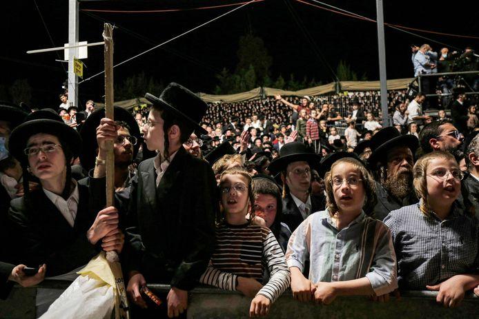 Ultra-orthodoxe joden donderdagavond bij de gedenkplaats voor rabbijn Sjimon bar Jochai bij de berg Meron in het noorden van Israël, waar zich het drama afspeelde.