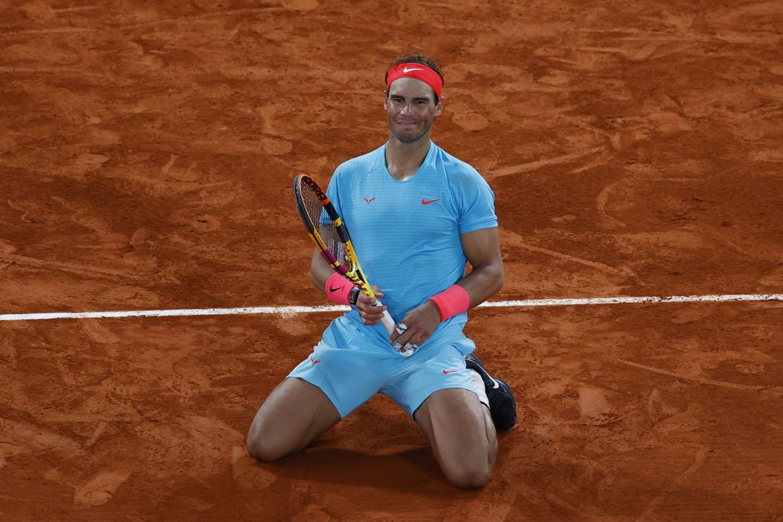Rafael Nadal gaat op zijn knieën zitten na zijn overwinning tegen Novak Djokovic in Parijs. Beeld AFP