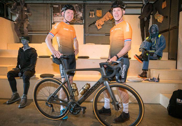 Jan Prop (l) van de Stichting GP Adrie van der Poel en Huub Kools in het nieuwe tenue voor hun fietstocht van 900 kilometer naar het dorp van Raymond Poulidor om geld in te zamelen voor een goed doel: Titurel in Putte.