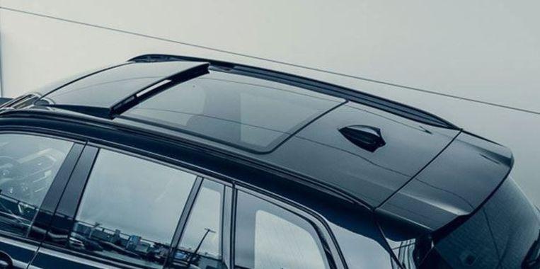 Omdat ze bij BMW ook wel snappen dat het allemaal best wel duur is, zo'n elektrische BMW, krijg je er standaard heel veel luxe bij. Zoals een panoramadak. Daar wordt Blik oprecht heel vrolijk van. Beeld