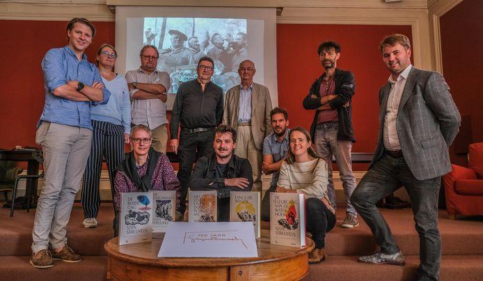 Verschillende organisatoren en medewerkers aan 150 jaar Stijn Streuvels met vooraan de vijf klassiekers die opnieuw worden uitgegeven. Thomas Jacques, coördinator van het schrijvershuis het Lijsternest, zit vooraan in het midden.