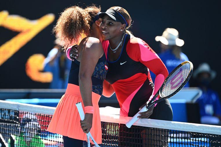 Serena Williams en Naomi Osaka na afloop van de halve finale van de Australian Open. Beeld Hollandse Hoogte / EPA