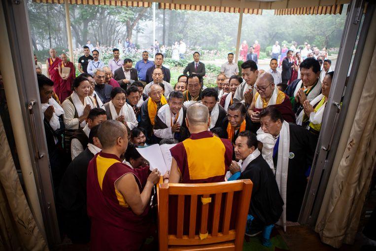 De veertiende Dalai Lama, Tenzin Gyatso (83), tezamen met een groep boeddhisten in het klooster waar de Dalai Lama al bijna 60 jaar  in ballingschap leeft. Beeld null