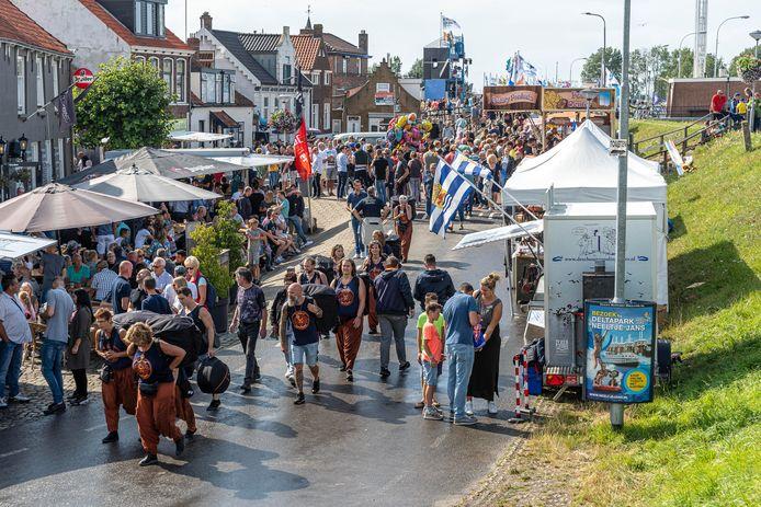 De Visserijdagen in Bruinisse, het Zeeuwse dorp waar Cees van den Bos, de nieuwe burgemeester van Urk, geboren en getogen is.