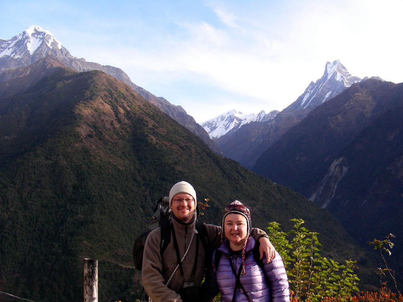 Maarten Rabaey en zijn aanstaande verloofde aan het begin van de Annapurna Base Camp Trek, die 10 tot 14 dagen duurt. De voet van de besneeuwde toppen in de achtergrond is  de bestemming. Beeld Maarten Rabaey