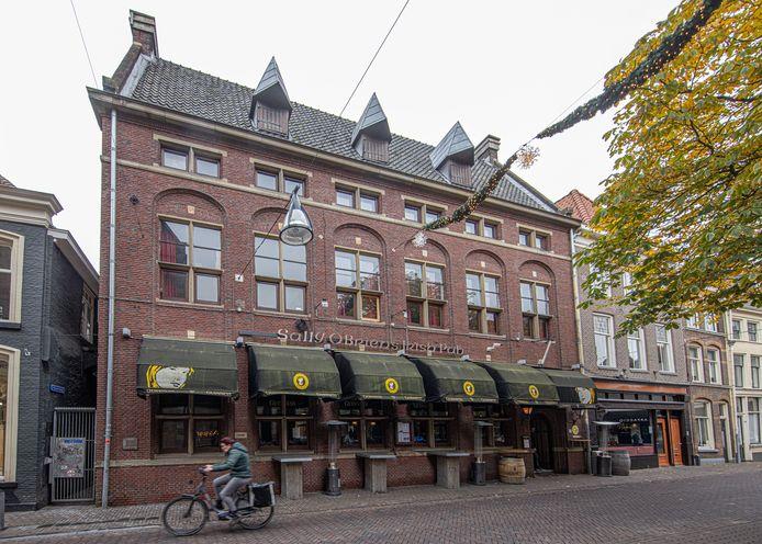 Einde in zicht voor Sally O'Briens in Zwolle. De eigenaar van de Ierse pub doet het pand over aan een ander.