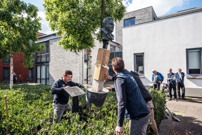 """Het borstbeeld van oud-wethouder Jan van Harssel is verplaatst naar een perkje aan de Geerkade in Leur. ,,Hij was initiatiefnemer van het Havenfront en heeft ervoor gezorgd dat de haven eruitziet zoals die nu is."""""""
