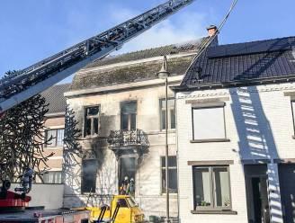 Bewoners van serviceflats geëvacueerd na zware brand in de buurt
