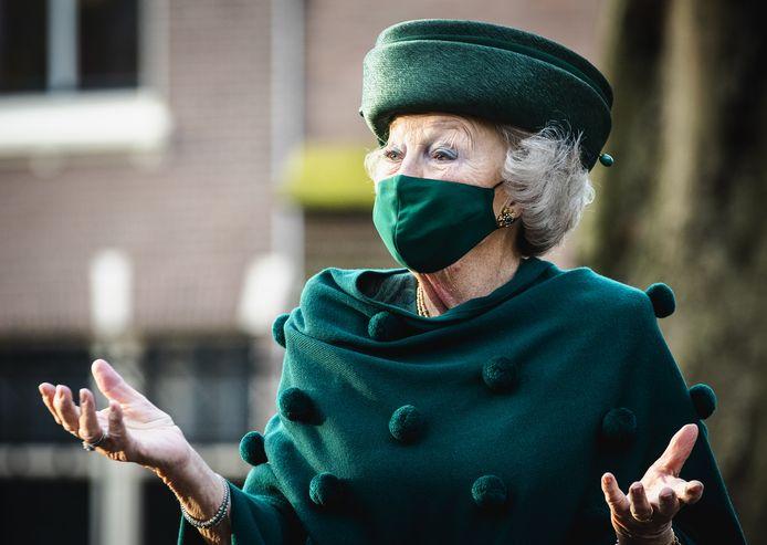 Prinses Beatrix afgelopen zomer bij het Dordrechts museum voor een bezoek aan de tentoonstelling Diepgeworteld.