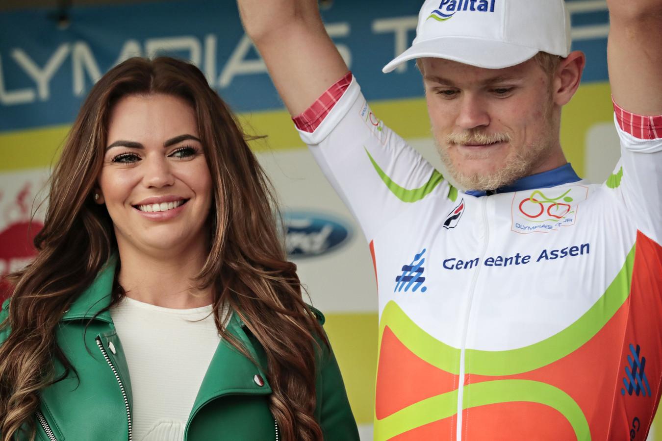 Julius Johansen wordt gehuldigd na zijn etappezege in Assen.
