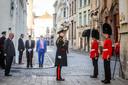 Brugge bezoek Prins Andrew en de britse grenadiers aan Brugge, met bloemlegging aan monument Charles II