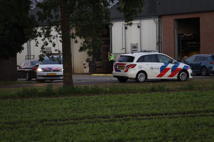 Politie en FIOD doen inval bij loods aan de Brand in Zeeland.