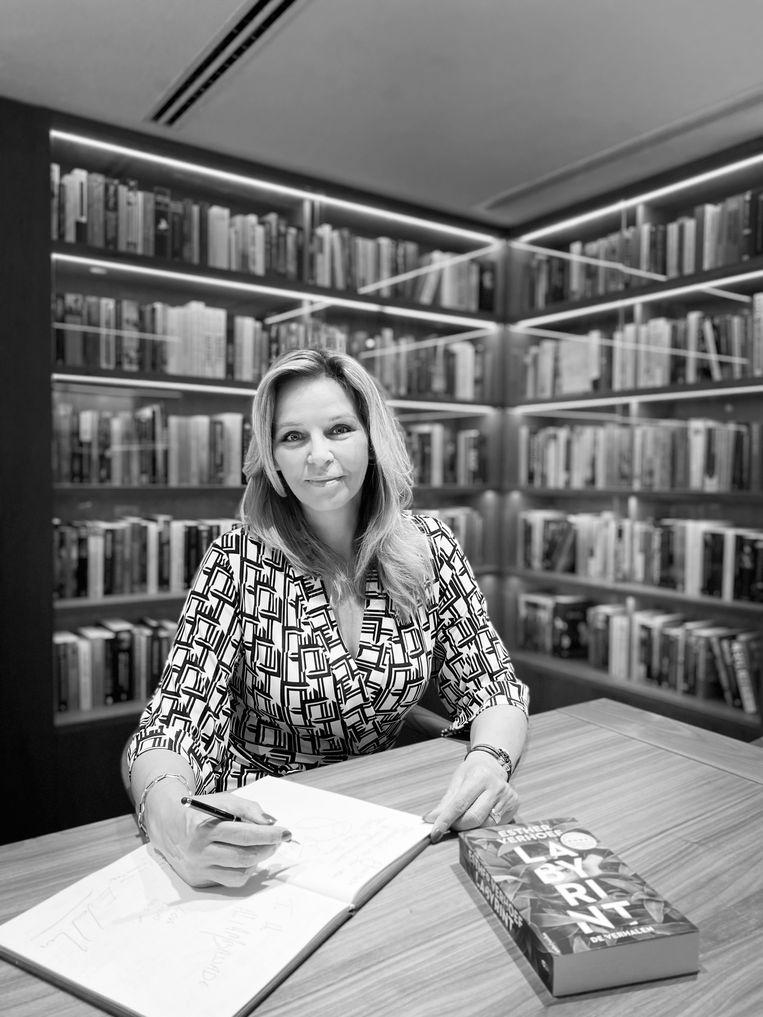Esther Verhoef. Beeld Ireen Wyers /Ambassade Hotel.
