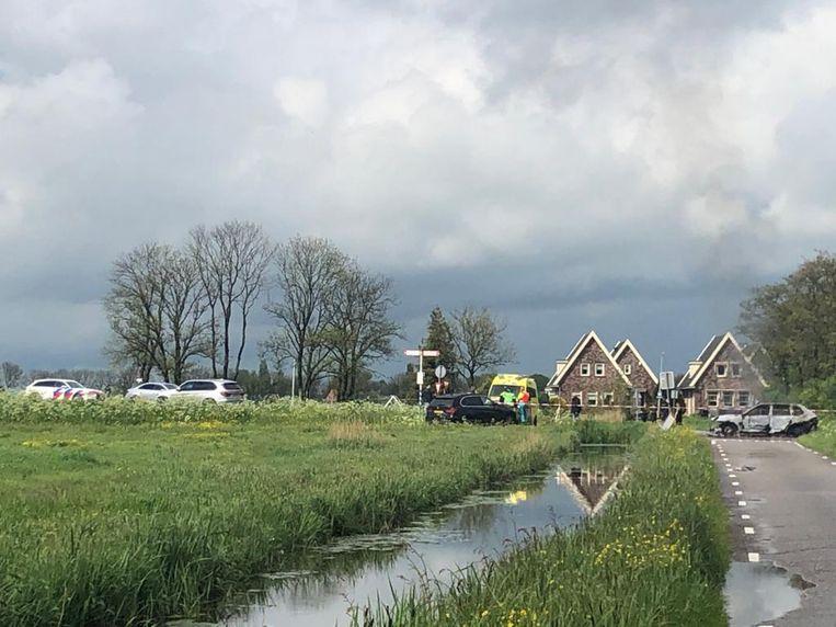 Hulpdiensten zijn massaal uitgerukt naar Broek in Waterland, rechts een uitgebrande auto. Beeld Paul Vugts