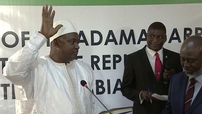 De nieuwe president Adama Barrow wordt beëdigd.