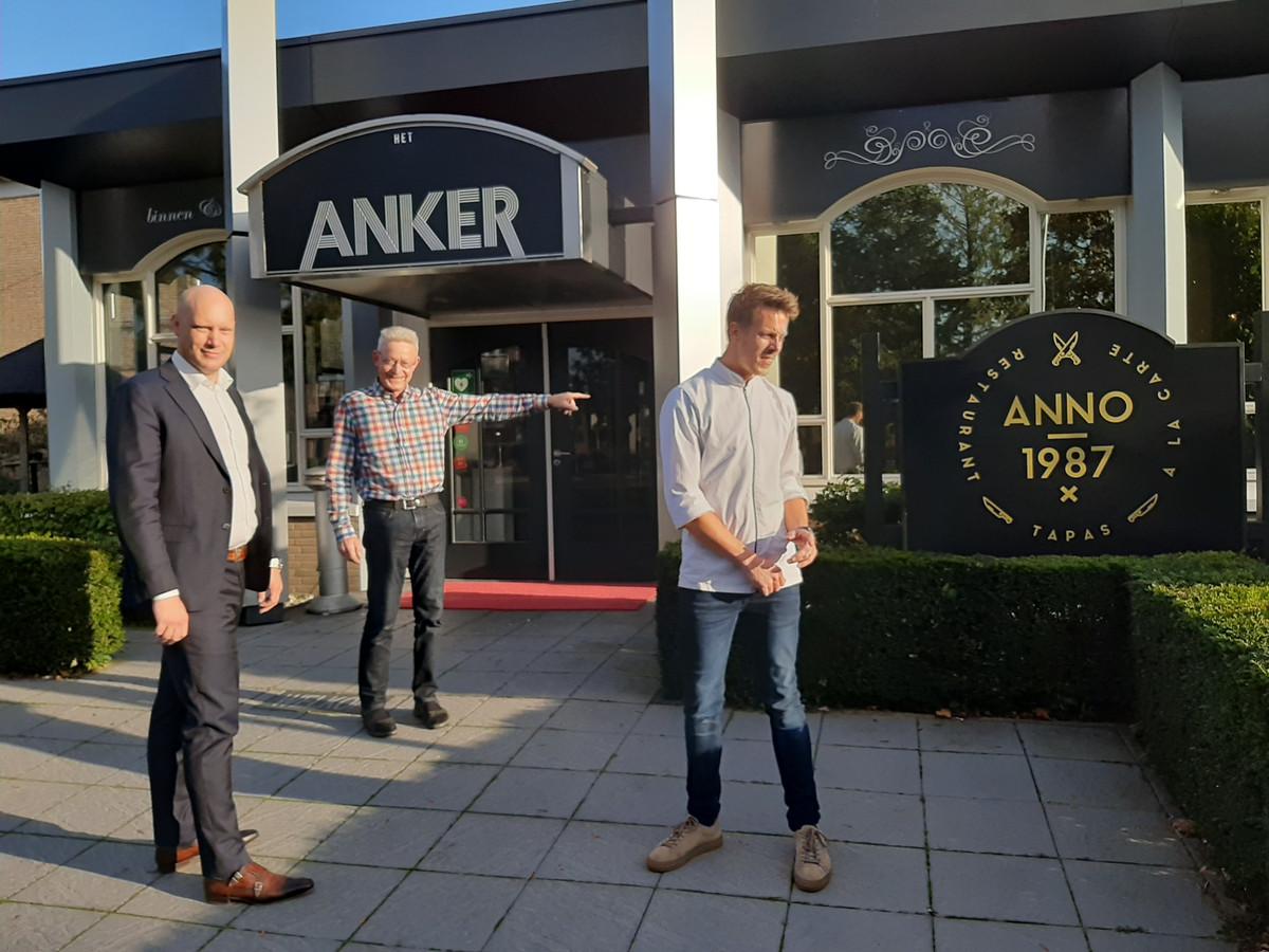 De nieuwe eigenaar Bastiaan Holterman (Orbys Vastgoed), oud-eigenaar Nico Griffioen en de kersverse uitbater Richard Nijkamp bij het bekende zalencentrum in Wierden voor de deur.