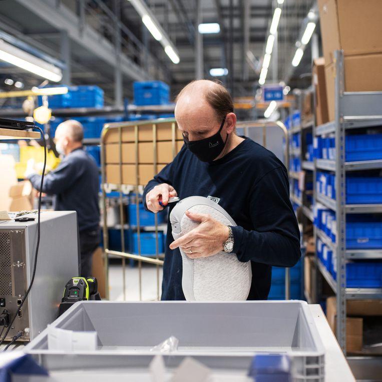Een medewerker in de Auping-fabriek in Deventer. Beeld Sabine van Wechem