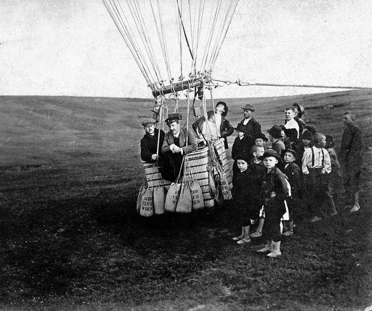 Victor Hess stijgt in 1911 op met ene heteluchtballon voor metingen van de kosmische straling op grote hoogte. Beeld NYT