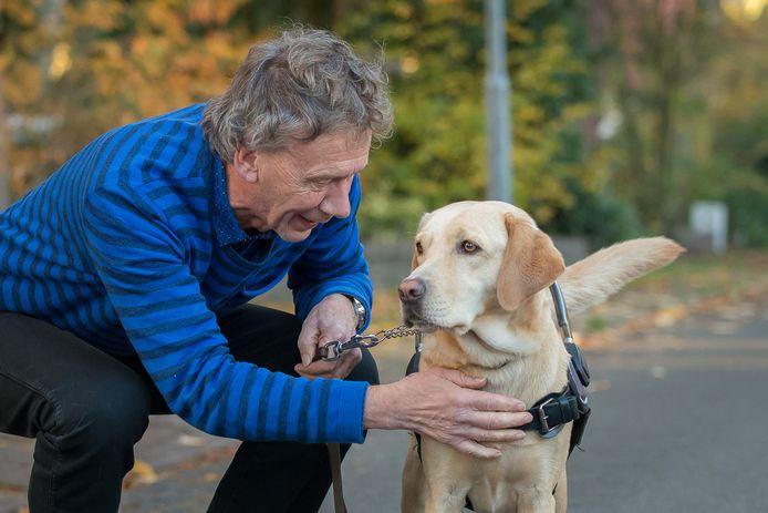 """Cees Karssen is blij en opgelucht dat zijn geleidehond Amalia nog leeft. ,,Er wordt gedacht aan drugs."""""""