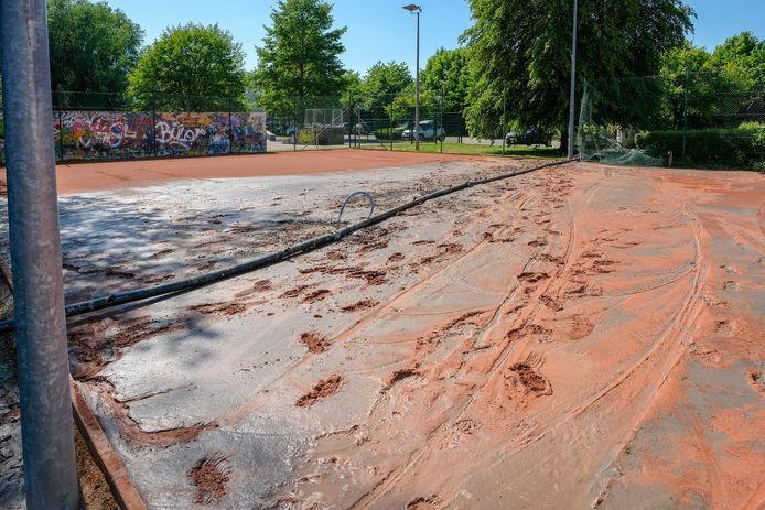 Een van de tennisvelden is tijdelijk onbruikbaar door de werken.