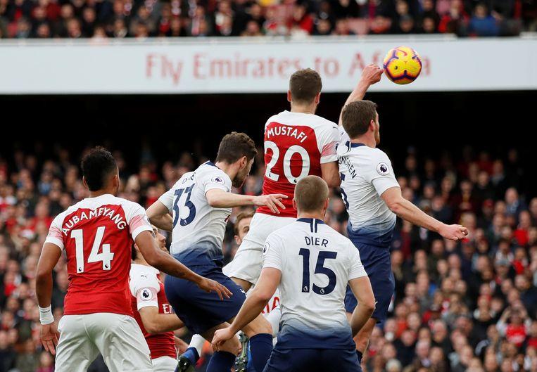 Hands van Vertonghen in de zestien, penalty voor Arsenal en geel voor onze landgenoot.