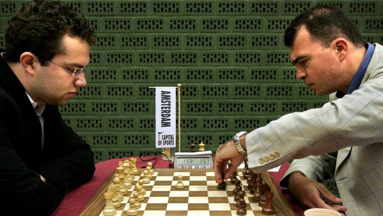 Schaker Ivan Sokolov (rechts) aan zet tijdens zijn partij tegen Eljanov Pavel (links) in 2005. Beeld anp