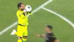 Enorme blunder kost Turkse doelman na dertien seconden rood