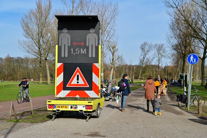De gemeente sluit voor de tweede dag op rij de toegangswegen naar het natuurgebied af om massale drukte te voorkomen.