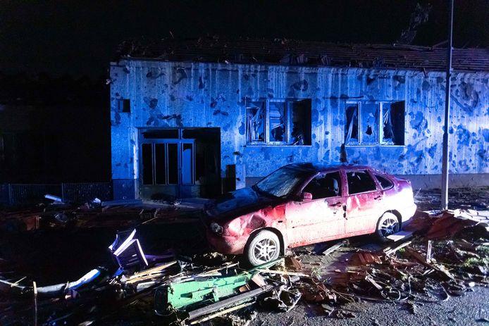 Ravage en een verwoeste auto door een tornado in de Tsjechische gemeente Hrusky.