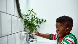 Mama bedenkt trucje om kinderen hun handen te laten wassen