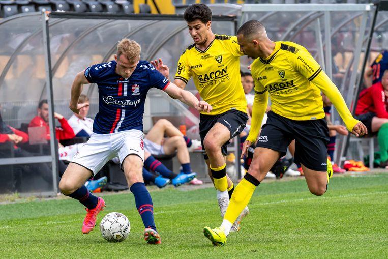 Nikolai Laursen van FC Emmen (links) in duel met VVV'ers Tristan Dekker en Leon Guwara. Beeld Pro Shots / Marcel van Dorst