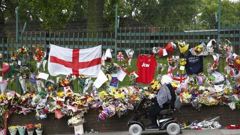 Bloemen en vlaggen in Londen voor de vermoorde soldaat Lee Rigby. Beeld reuters