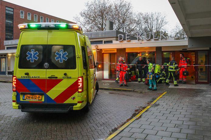 In de hal van de serviceflat werd maandagmiddag een 62-jarige Hoogvlieter neergestoken door een 52-jarige bewoner van De Kulk.